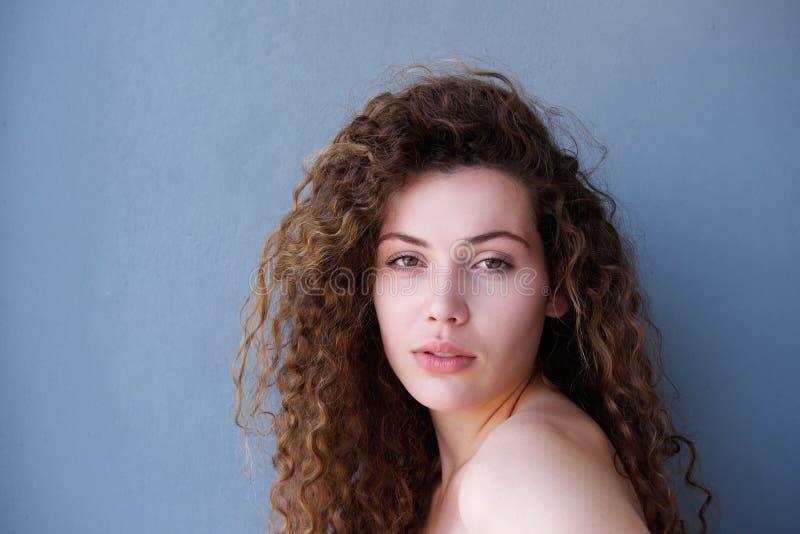 Gesundes jugendlich mit dem glühenden Hautanstarren lizenzfreie stockfotografie