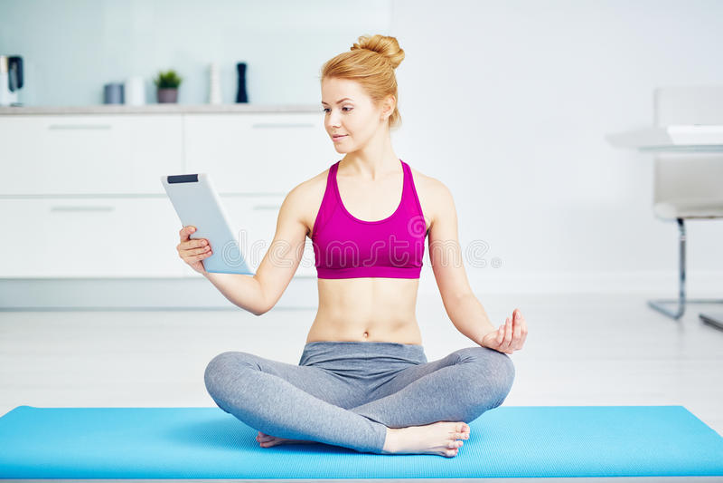 Gesundes junge Frauen-übendes Yoga zu Hause lizenzfreies stockbild