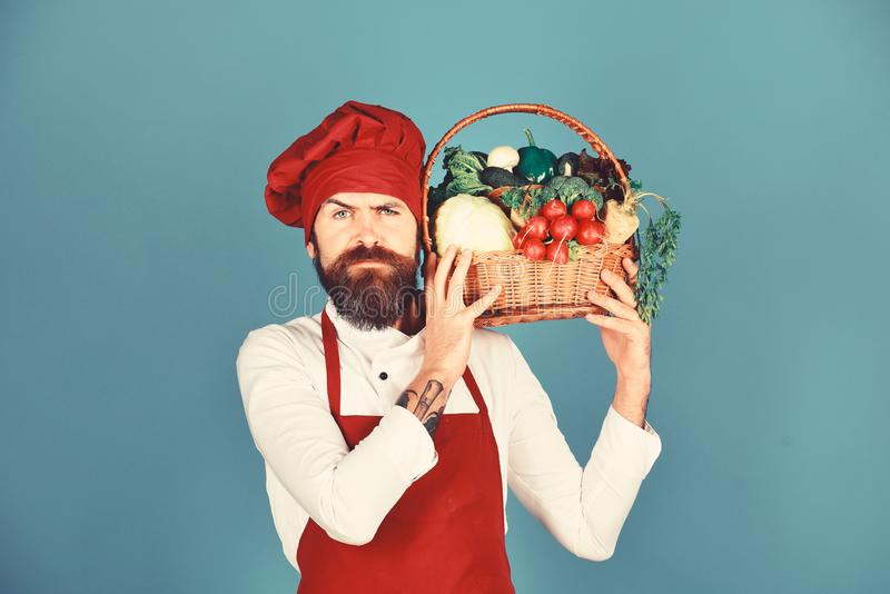 Gesundes kochendes Konzept Koch mit strengem Gesicht in Burgunder-Uniform lizenzfreies stockbild