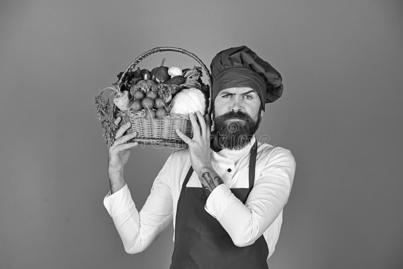 Gesundes kochendes Konzept Koch mit strengem Gesicht in Burgunder-Uniform lizenzfreie stockfotos