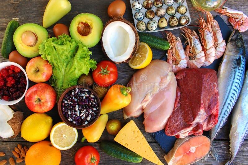 Gesundes Lebensmittel auf altem hölzernem Hintergrund stockfoto