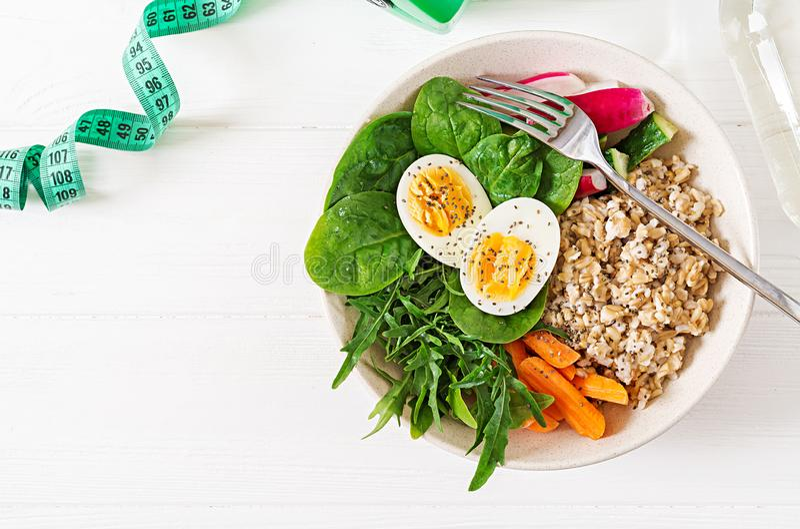 Gesundes Lebensmittel des Konzeptes und Sportlebensstil Vegetarisches Mittagessen Richtige Nahrung des gesunden Frühstücks Beschn stockbilder