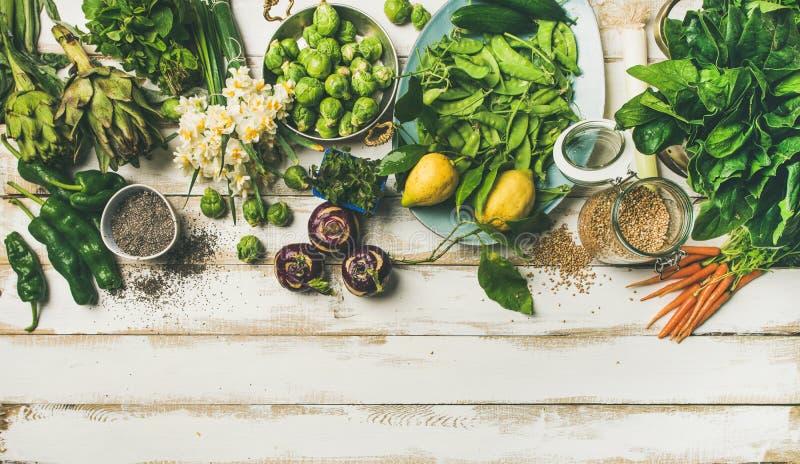 Gesundes Lebensmittel des strengen Vegetariers des Frühlinges, das Bestandteile, Draufsicht, Kopienraum kocht stockbilder