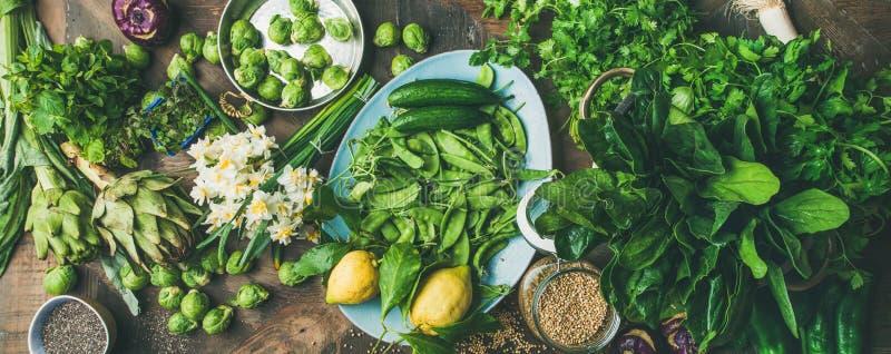 Gesundes Lebensmittel des strengen Vegetariers des Frühlinges, das Bestandteile, hölzernen Hintergrund, breite Zusammensetzung ko lizenzfreie stockbilder