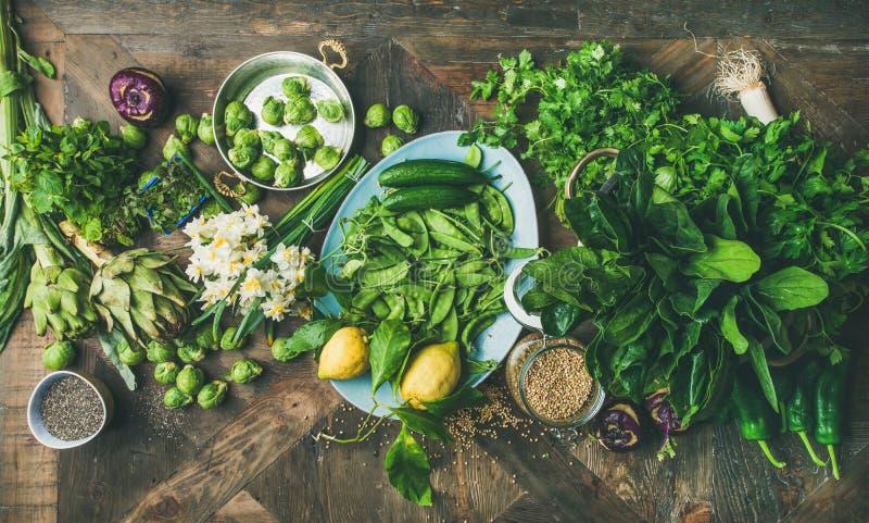 Gesundes Lebensmittel des strengen Vegetariers des Frühlinges, das Bestandteile, hölzernen Hintergrund, Draufsicht kocht lizenzfreie stockfotografie