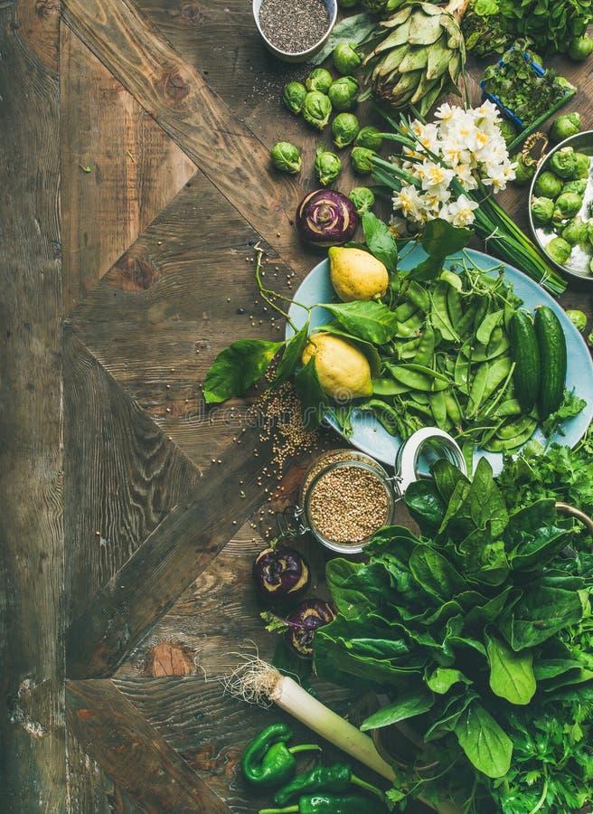 Gesundes Lebensmittel des strengen Vegetariers des Frühlinges, das Bestandteile, hölzernen Hintergrund, Kopienraum kocht lizenzfreie stockbilder