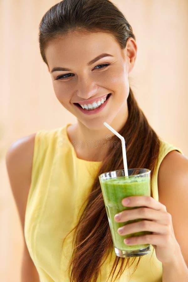 Gesundes Lebensmittel, essend Frau trinkender Detox-Saft Lebensstil, sterben stockbilder