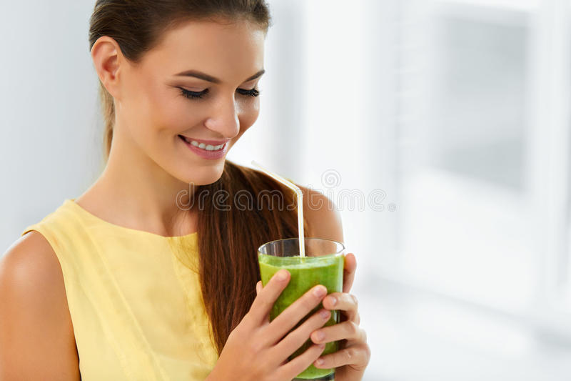 Gesundes Lebensmittel, essend Frau trinkender Detox-Saft Lebensstil, sterben stockfotografie