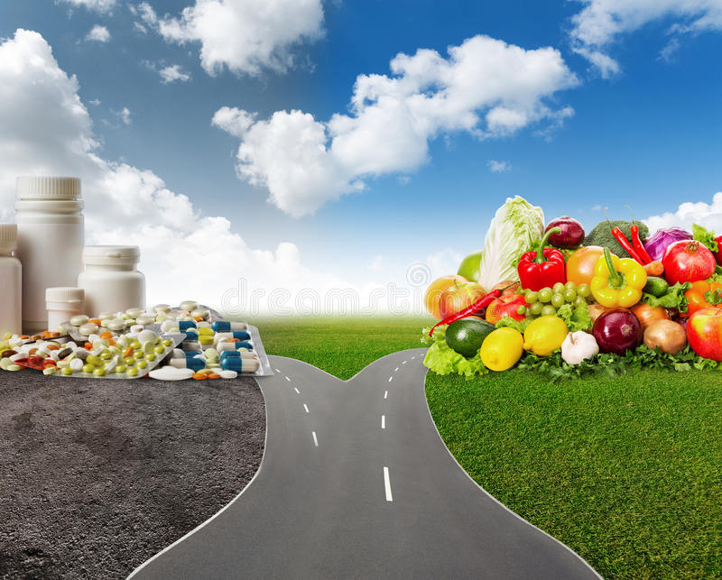Gesundes Lebensmittel oder medizinische Pillen lizenzfreie stockbilder
