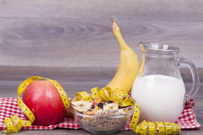 Gesundes Lebensmittel und Diätkonzept mit muesli, Jogurt und Frucht lizenzfreies stockfoto
