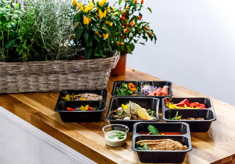 Gesundes Lebensmittel und Diätkonzept, Restauranttellerlieferung Nehmen Sie von der Eignungsmahlzeit weg stockfotografie