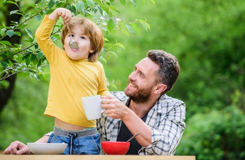 Gesundes Lebensmittel und N?hren Lokalisierung auf dem Wei? Morgenfrühstück Pflanzenkost Vater- und Sohnessen Gl?cklicher Vaterta stockbild
