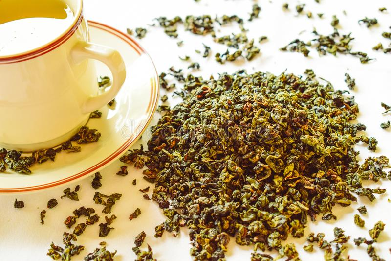 Gesundes Lebensstilkonzept mit aromatischem trockenem gr?nem Tee stockbilder