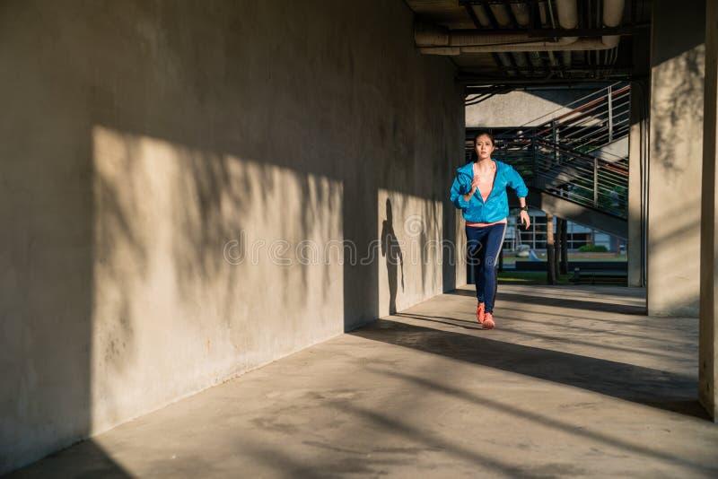 Gesundes Lebensstilmädchen, welches die Übung im Freien tut lizenzfreie stockbilder