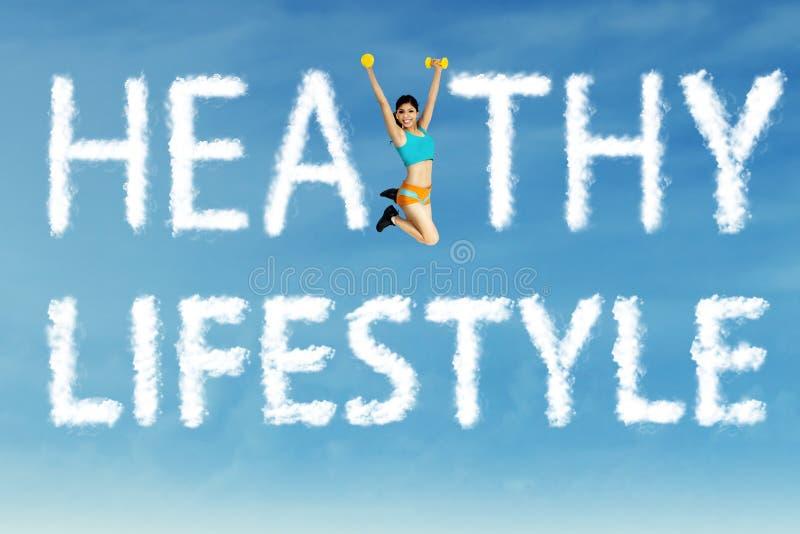 Gesundes Lebensstilwort mit einer Frau lizenzfreie stockfotografie