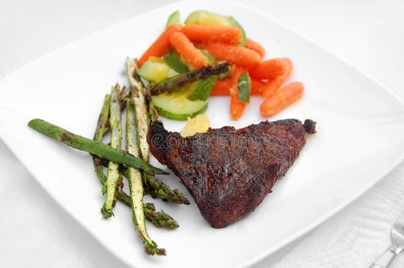 Gesundes Mahlzeitgrillgrill Cookoutfleisch-Steakgemüse stockfoto