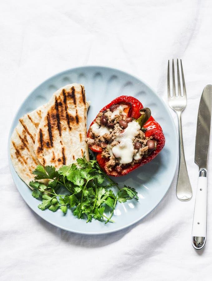 Gesundes Mittagessen, Aperitifs - angefüllte Paprikabohnen möbeln Gemüsepaprika, Gemüse und gegrillte Tortillas auf einem hellen  stockfoto