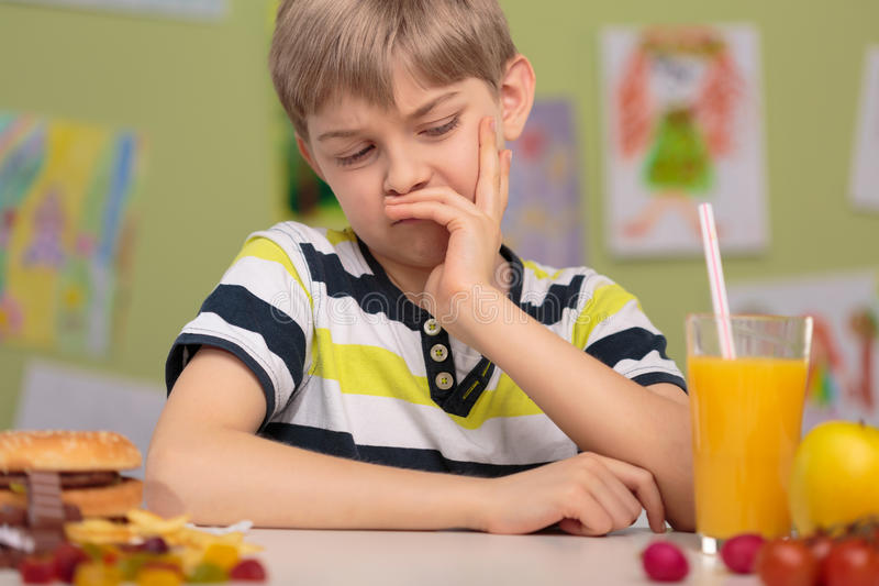 Gesundes Mittagessen der Kinderabneigung stockbilder