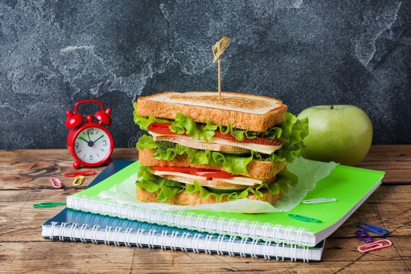 Gesundes Mittagessen f?r Schule mit Sandwich, frischer Apfel Sortierter bunter Schulbedarf Kopieren Sie Platz stockbilder