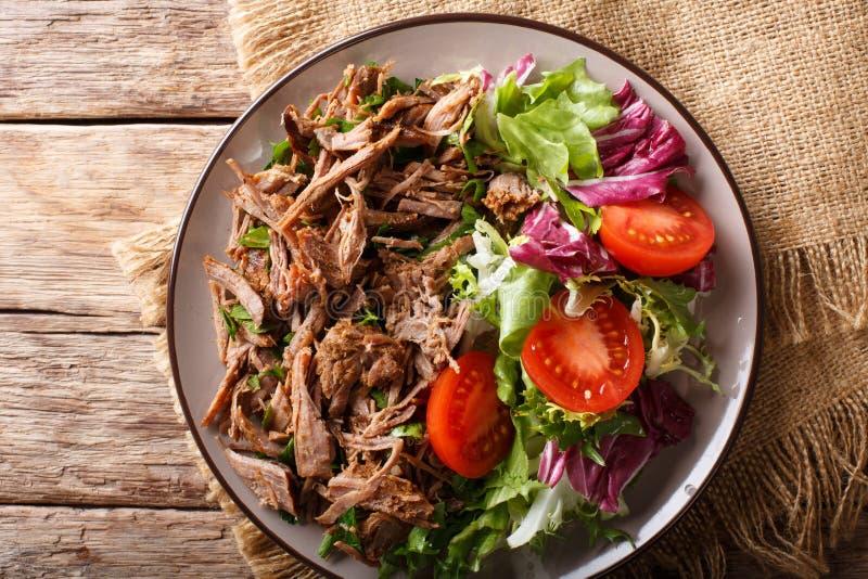 Gesundes Mittagessen: zartes Rindfleisch mit Gemüsesalatnahaufnahme auf einem pl lizenzfreie stockfotografie
