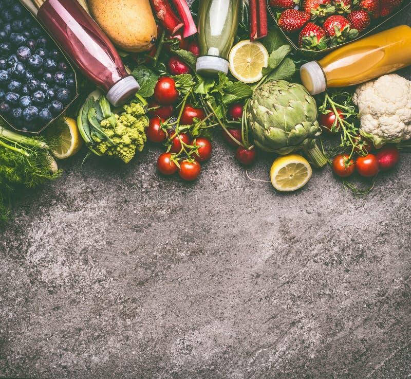 Gesundes Nähren und Antioxidansgetränkehintergrund mit verschiedenem buntem organischem Gemüse, Früchten und Beeren Smoothies lizenzfreie stockbilder