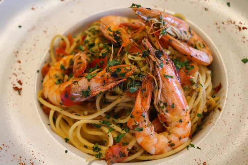 Gesundes Nahrungsmittelkonzept Spaghettis mit Garnelen, Garnelen auf weißer Platte Weicher Fokus stockbild