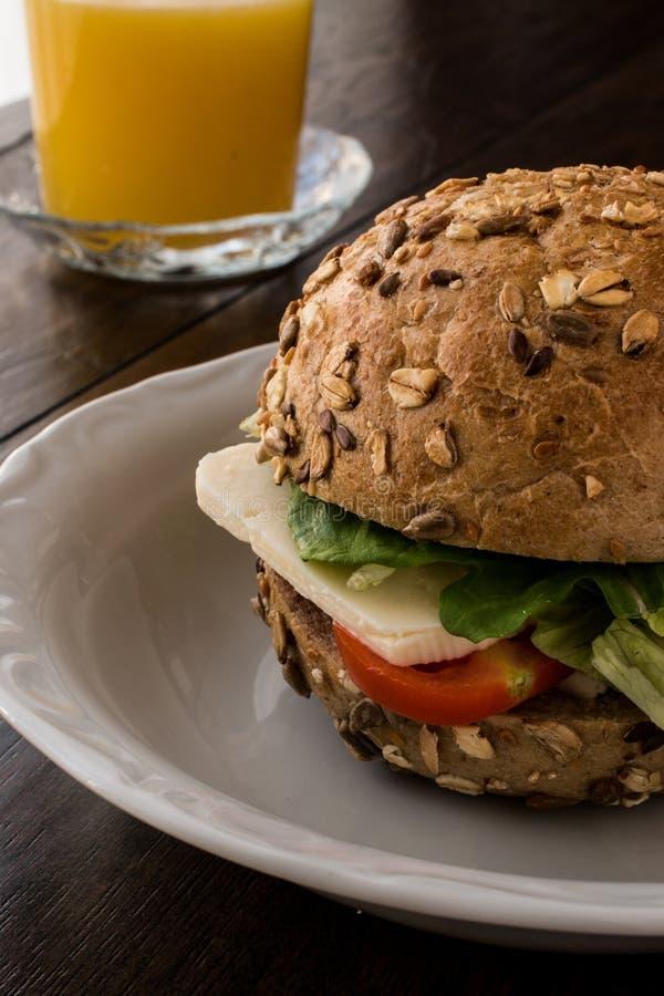 Gesundes Sandwich mit Tomate, Käse und einem Orangensaft stockfoto