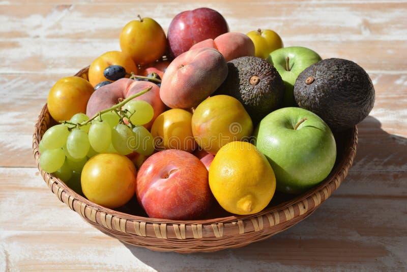 Gesundes Sommeressen Früchte häuften hoch in einem Korb an stockfoto