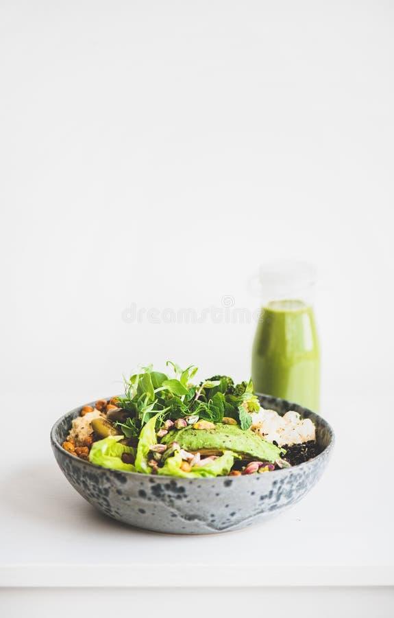 Gesundes superbowl des strengen Vegetariers mit Gemüse und grünem Smoothie, Kopienraum stockfoto