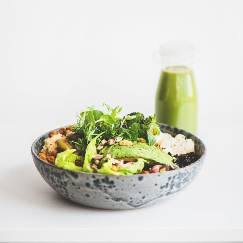 Gesundes superbowl des strengen Vegetariers mit Gemüse und grünem Smoothie, quadratische Ernte stockfotos