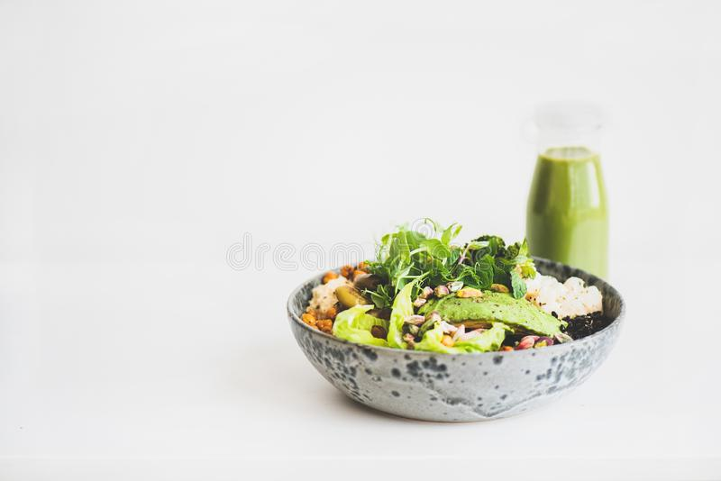 Gesundes superbowl des strengen Vegetariers mit hummus und grünem Smoothie lizenzfreie stockfotografie