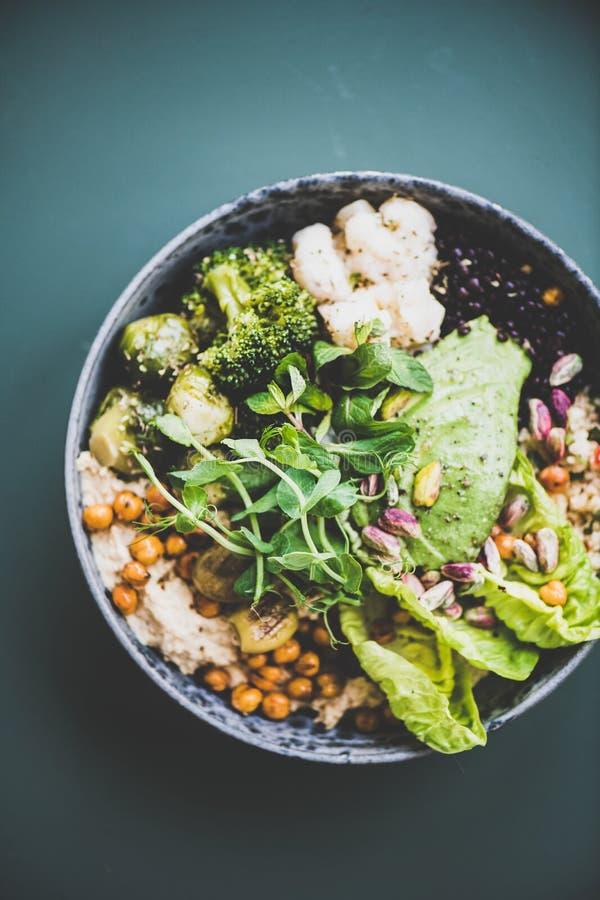 Gesundes superbowl des strengen Vegetariers und grüner Smoothie auf dunklem Hintergrund lizenzfreie stockfotos