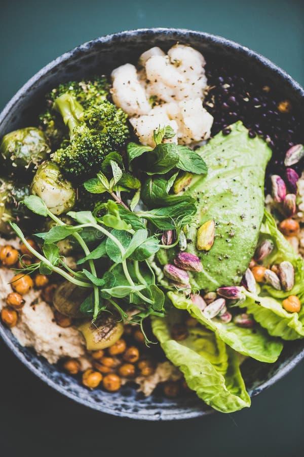 Gesundes superbowl des strengen Vegetariers und grüner Smoothie auf Tabelle lizenzfreie stockbilder