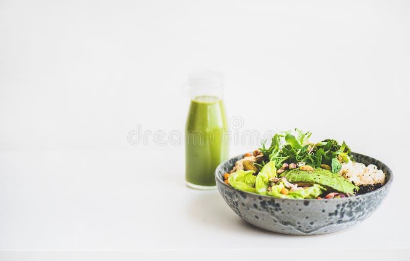 Gesundes superbowl des strengen Vegetariers und grüner Smoothie, Kopienraum lizenzfreie stockfotografie