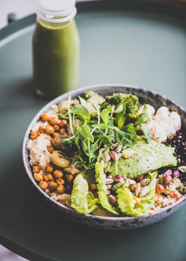 Gesundes superbowl des strengen Vegetariers und gr?ner Smoothie auf Tabelle stockfotografie
