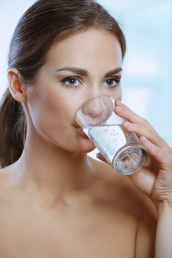 Gesundes Trinkglas der jungen Frau Mineralwasser stockfoto