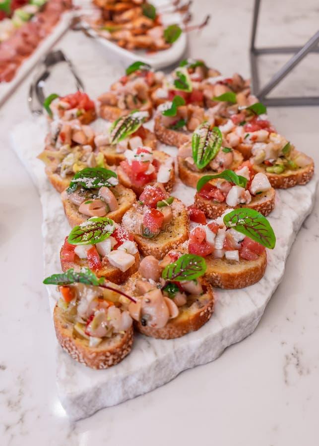 Gesundes und k?stliches bruschetta gedient mit Tomaten und mariniertem Gem?se lizenzfreie stockfotografie