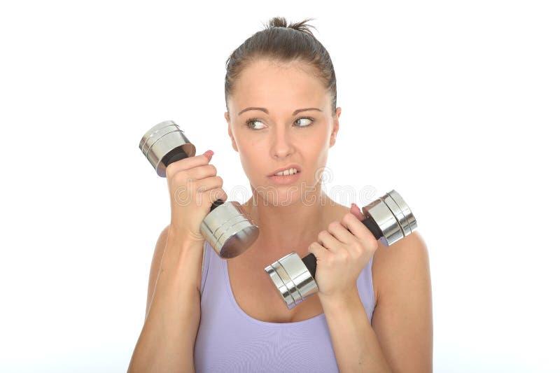 Gesundes ungerechtfertigtes junge Frauen-Training mit stummen Bell-Gewichten, die Fed Up schauen lizenzfreie stockbilder