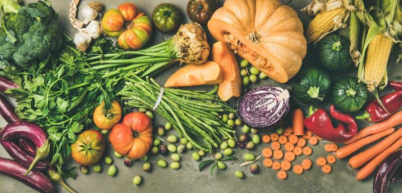 Gesundes vegetarisches Falllebensmittel, das Bestandteile über konkreter Tabelle kocht lizenzfreie stockfotos