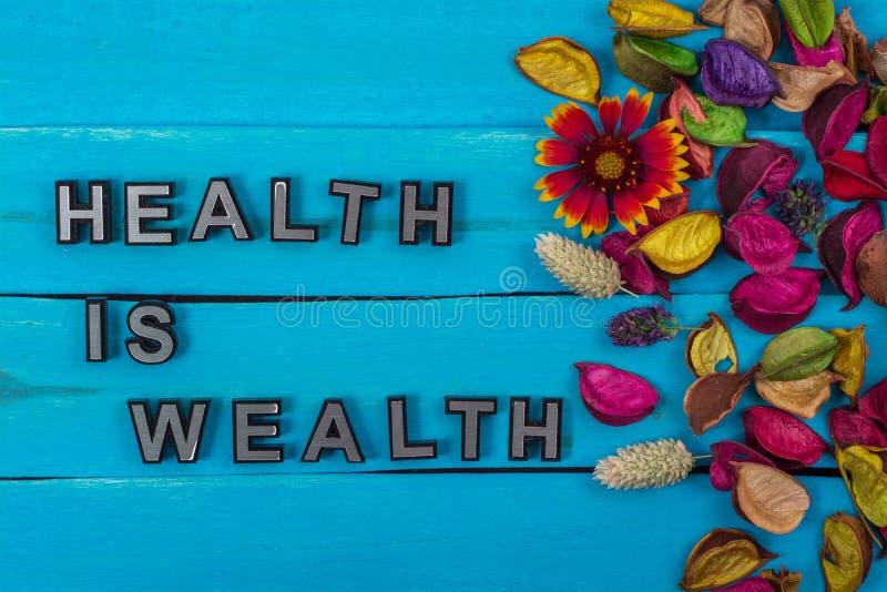 Gesundheit ist Reichtumstext auf Purpleheart mit Blume stockbilder