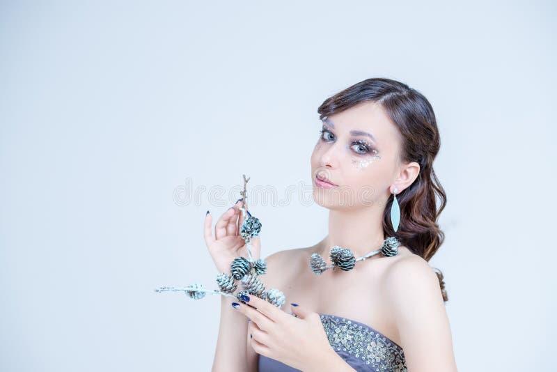 Gesundheit, Schönheit, Wellness, haircare, Kosmetik und Verfassung Porträt-Frau mit dem glänzenden langen Haar Werbungsmaniküre lizenzfreies stockbild
