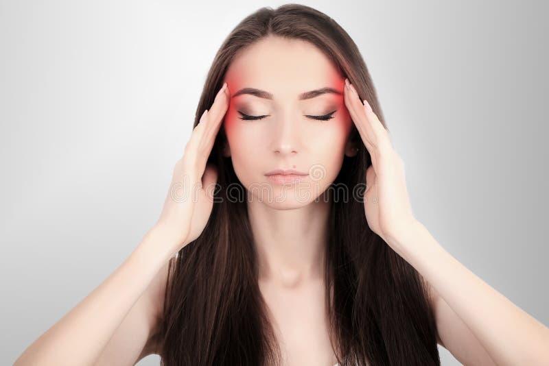 Gesundheit und Schmerz Betonte erschöpfte junge Frau, die starken Spannungskopfschmerz hat Nahaufnahme-Porträt eines schönen kran stockfoto