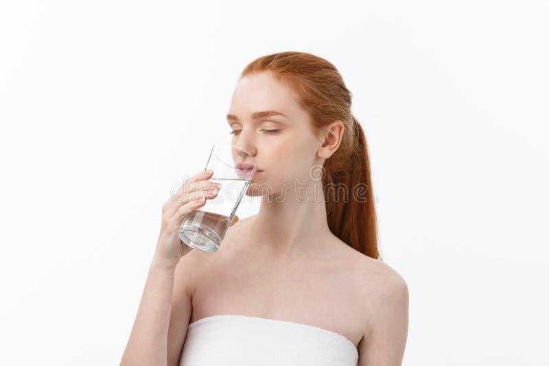 Gesundheits-, Leute-, Nahrungsmittel-, Sport-, Lebensstil- und Schönheitsinhalt - lächelnde junge Frau mit Glas Wasser lizenzfreie stockfotografie