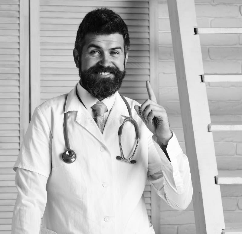 Gesundheits- und Behandlungskonzept Arzt mit dem glücklichen Gesicht bereit zu bestimmen lizenzfreies stockbild