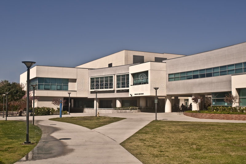 Gesundheits-Wissenschafts-Gebäude an CSU Fullerton stockfoto