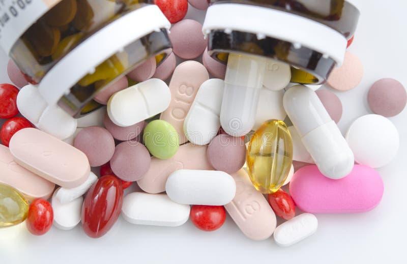 Gesundheitsapotheke mischt Vitamin Drogen bei stockbilder