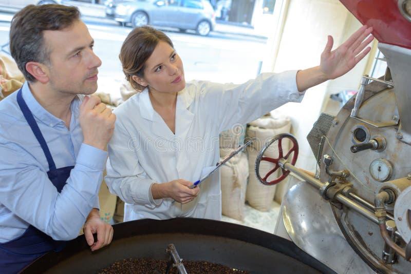 Gesundheitsinspektion auf Fabrik stockfotos