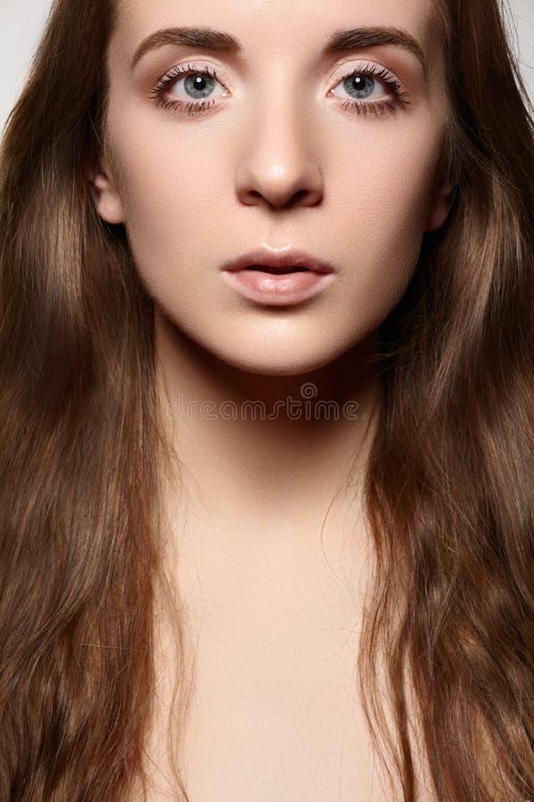 Gesundheitswesen u. Wellness. Schöne Frau mit täglichem Make-up, langes glänzendes Haar stockbilder