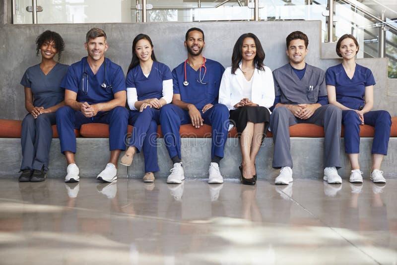 Gesundheitswesenarbeitskräfte, die in einem modernen Krankenhaus, niedriger Winkel sitzen stockbild