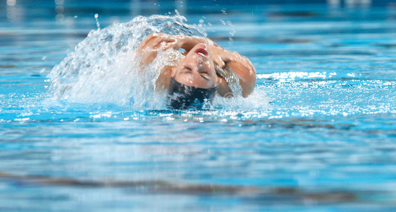Gesynchroniseerde het zwemmen Ona Carbonell draai stock afbeeldingen